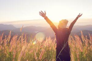 Fröhliche Frau, die die Natur genießt,Streben nach mehr