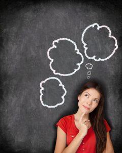 Wünsche und Sehnsüchte - Frau mit drei Gedankenwolken