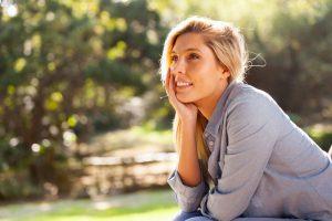 junge Frau - Strategien zur Gelassenheit