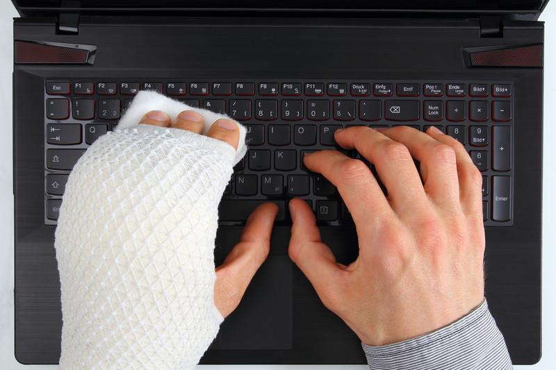 verbundene Hand auf Tastatur - Experiment