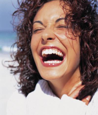 lachende Frau geht in guten Zustand