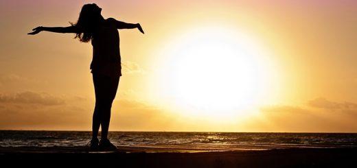Morgenritual - Frau mit ausgebreiteten Armen Sonnenaufgang