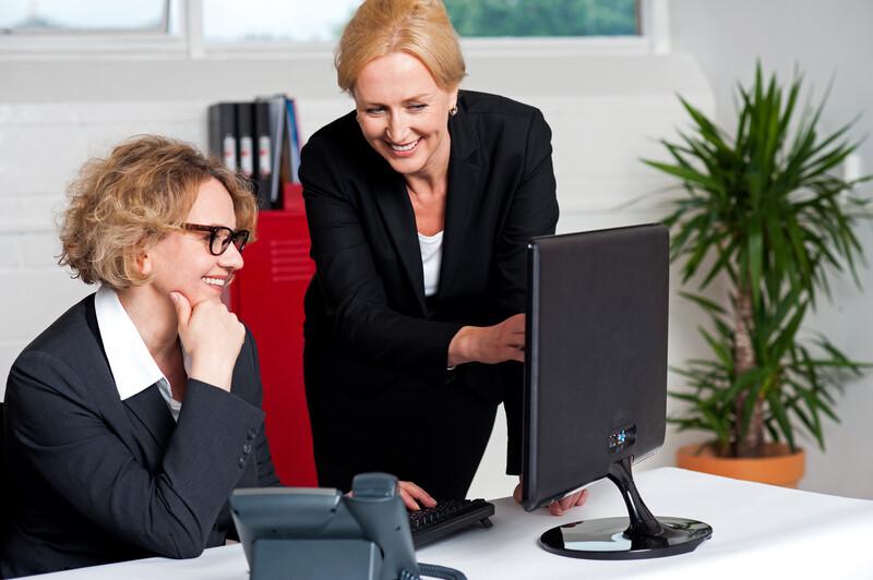 zwei fröhliche Geschäftsfrauen - Führen mit Methoden des Coachings