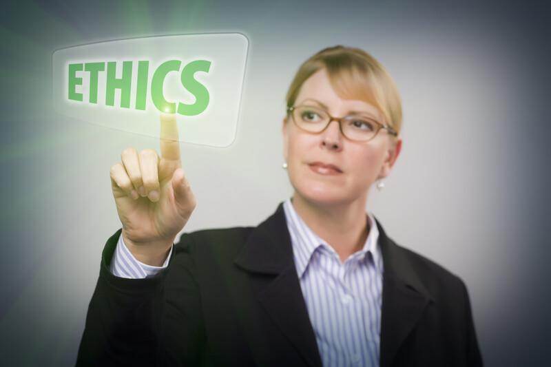 """Werteorientiert führen - Frau zeigt auf Screen das Wort """"ethics""""."""