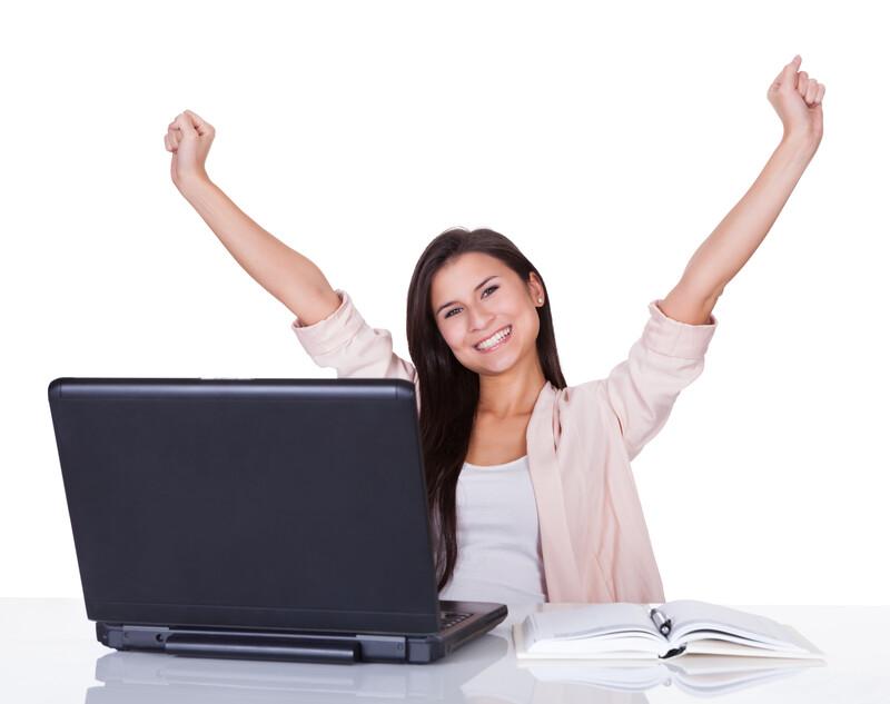 Glück vor Erfolg - freudig Frau am Computer