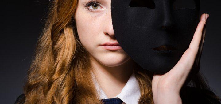Impostor-Syndrom Frau mit schwarzer Maske